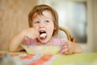 bambino-mangia-da-solo
