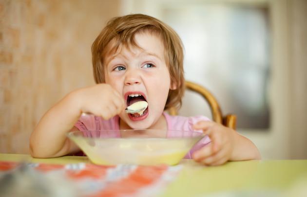insegnare al bambino a mangiare da solo