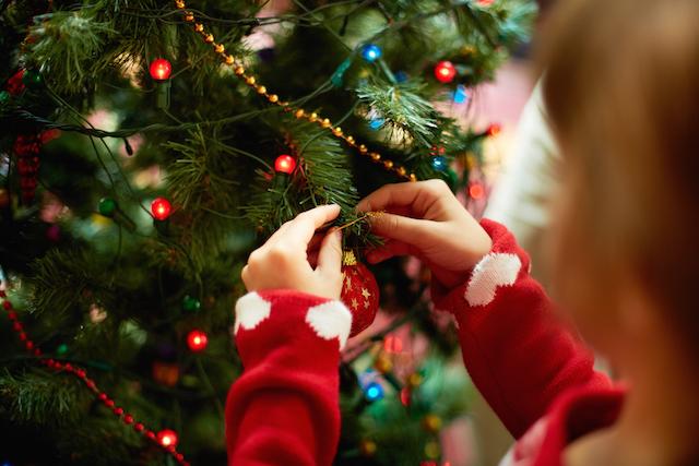 bambini albero di natale sicuro