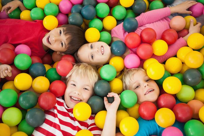 La socializzazione nei bambini piccoli - Piscina de bolas para bebes ...